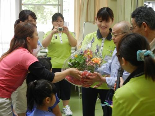 H28 お花贈呈.jpgのサムネイル画像